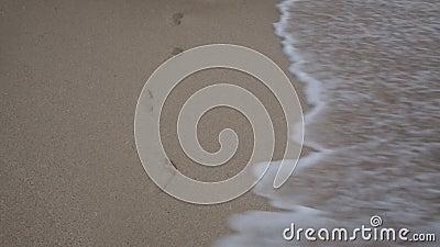 海浪在沙滩上洗脚的特写镜头 股票录像