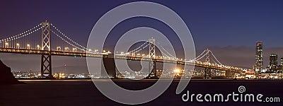 海湾桥梁在晚上