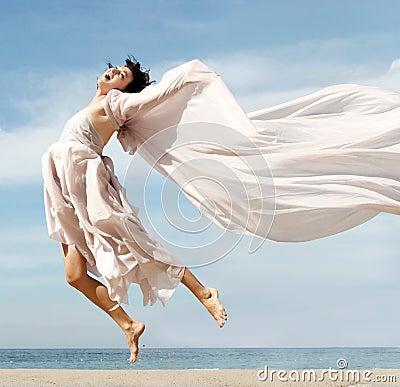 海滩愉快的妇女
