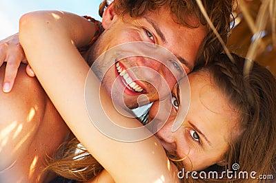海滩无忧无虑的夫妇
