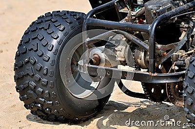 海滩沙子摩托车强大的轮胎
