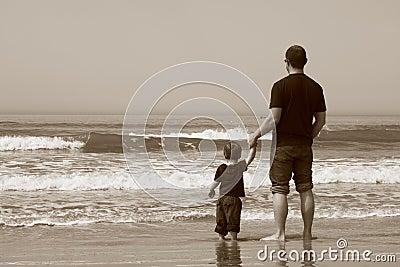 海滩父亲儿子图片