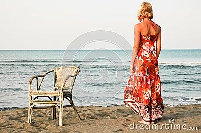 海滩的孑然妇女