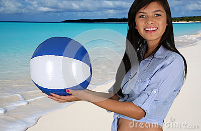 海滩的青少年的女孩