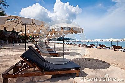 海滩美好的椅子日晴朗的泰国伞.图片