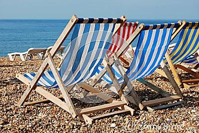 海滩deckchairs小卵石