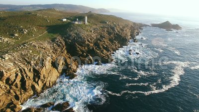 海角Tourinan西班牙海岸和灯塔,空中英尺长度 股票视频
