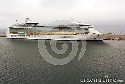 海运巡航的Indipendence靠码头在港口 编辑类库存图片