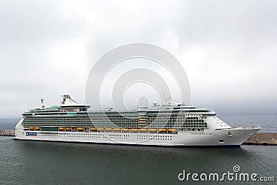 海运的Indipendence巡航靠码头在港口 编辑类图片