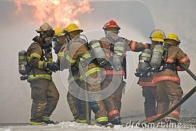 消防队员配合
