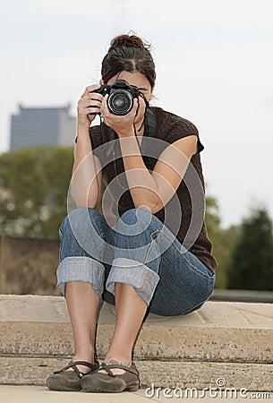 深色的摄影师妇女