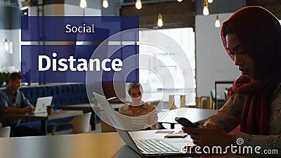 混血女子在咖啡店工作的标志社交距离动画 股票录像