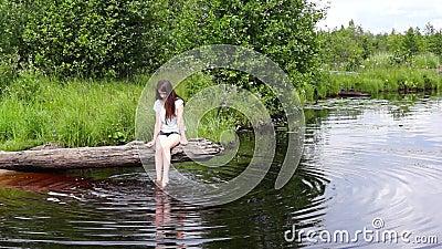 湖日志放松的女孩 影视素材
