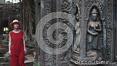 滑令人惊讶的雕刻看法在塔布茏寺寺庙墙壁和wom上的 股票视频