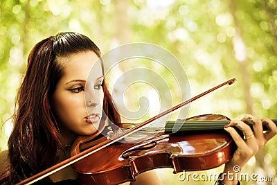 演奏小提琴年轻人的女孩