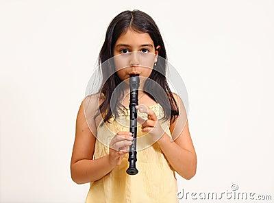 演奏记录员年轻人的女孩