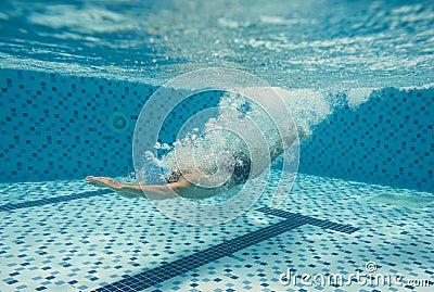 潜水在水池