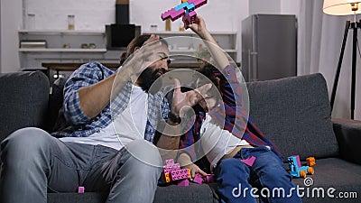 激动的享受与玩具的儿子和爸爸消遣 股票视频