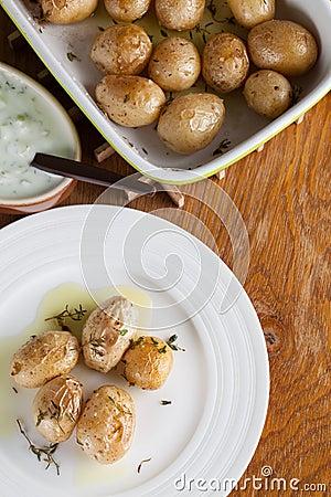 烤婴孩土豆用麝香草