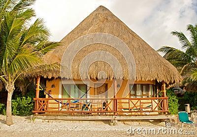 热带海滩的小屋