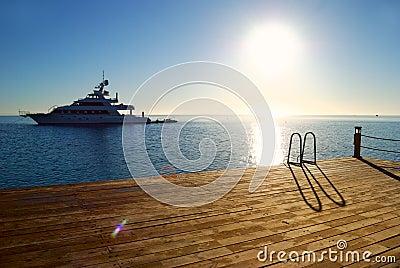 热带码头的日出