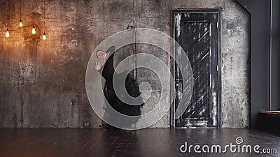 热情的西班牙妇女在一间剧烈的屋子跳舞单独探戈 股票视频