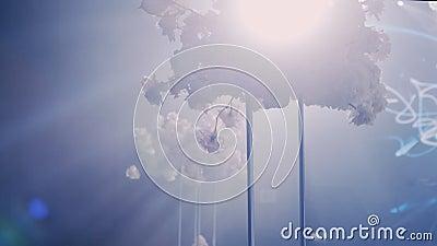 照相机在与花束的一张婚姻的装饰的桌附近转动左到右