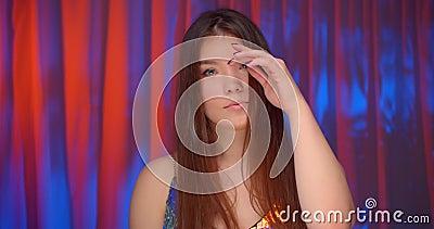照相机裸肩照耀亮光背景的高加索美丽自信女子霓虹照像 影视素材