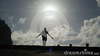 照相机跟随走出去从往阳光的隧道的妇女剪影 明亮的光爆炸  举胳膊  影视素材