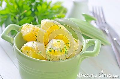 煮的土豆用黄油和绿色.图片