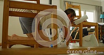父亲清洁椅子,当演奏4k时的孩子 影视素材