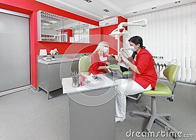 办公室玩护士囹f_牙医和护士在工作在现代牙齿办公室.