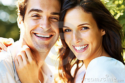 特写镜头夫妇停放浪漫年轻人