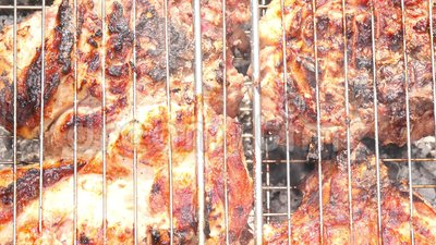 特写镜头水多的芬芳肉牛排被烹调在开火 远足,室外食物 股票录像