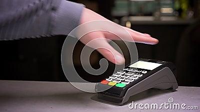 特写镜头被射击人附在有微集成电路植入管的手付成功的不接触的付款的终端 股票视频