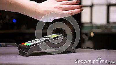 特写镜头被射击妇女附在有微集成电路植入管的手执行成功的不接触的付款的终端 股票视频