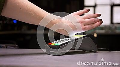 特写镜头被射击妇女附有有微集成电路植入管的手终端执行的不接触的付款 股票视频