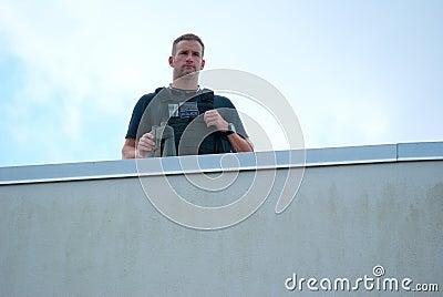 特勤局警察佩带的项目符号证明背心 编辑类库存照片