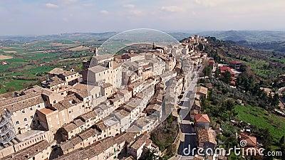 特雷伊阿-马尔什,意大利的空中录影-古老小山镇 股票视频