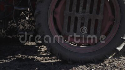 犁耕田的旧拖拉机 农业的开端 影视素材