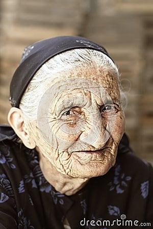 狡猾注视前辈妇女