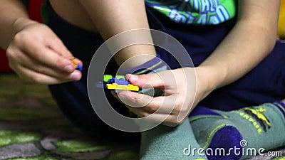 玩具和使用有blondi头发开会的小孩儿童小男孩围拢的与积木lego 股票视频