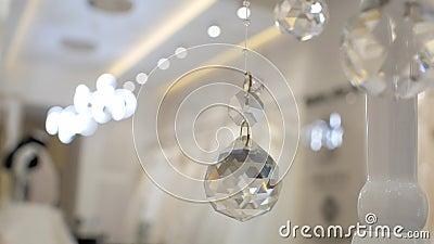 玻璃雕琢平面的球,假日球,与球,圣诞装饰,比赛光,抽象玻璃,装饰的录影背景 4K?? 股票录像