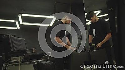 理发师在理发店消毒有浪花的剪刀并且清洗与一把刷子 手扶的射击 4K 股票录像