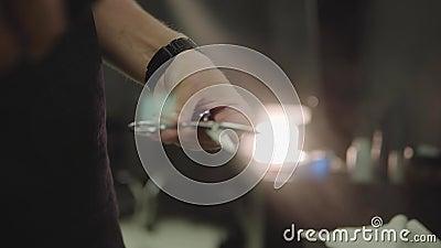 理发师清洗下个客户的剪刀 工具关心为理发的,刮 手扶的射击 4K 影视素材