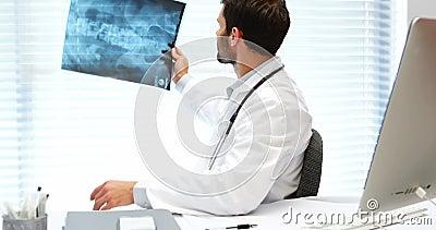 医生检查的男性光芒x 股票录像