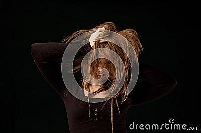甩头发年轻人的女性图片