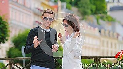 由旅行在欧洲的白种人夫妇的Selfie照片 浪漫旅行妇女和人爱微笑的愉快的采取的自已的 影视素材