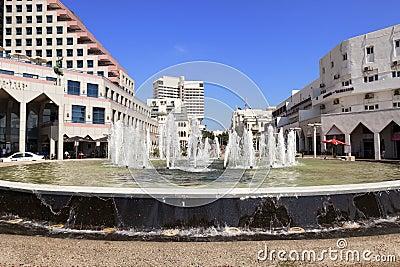 由海滩的喷泉在Alenbi St.特拉唯夫 编辑类照片