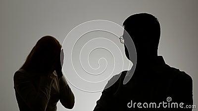 男人和妇女的剪影 家庭争吵,妇女呼喊在人和情感地姿势示意的手, 股票录像